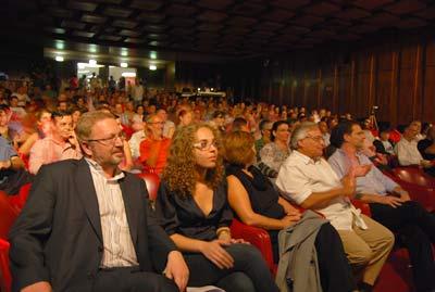 Luís Fazenda e Natasha Nunes no comício que juntou 400 pessoas no Teatro Villaret. Foto Ana Candeias