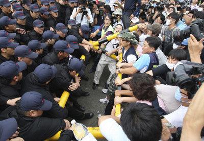 Polícia reprime manifestantes que tentavam levar água aos trabalhadores que ocupam a fábrica. Foto Yonhap (Reuters)