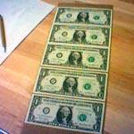 Dólares recém-impressos. Foto de noii's, FlickR