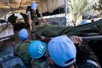 Soldados da Minustah carregam ferido. Foto de United Nations Development Programme