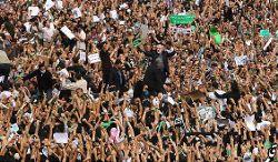 Moussavi no centro de uma manifestação. Foto de Ghalamnews
