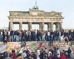 Manifestantes sobre o muro em 1989