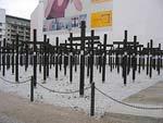 As cruzes negras junto ao Checkpoint Charlie serviram de memorial às 1067 vítimas mortais no atravessamento ilegal de toda a fronteira entre as duas Alemanhas. Foto bsktcase/Flickr