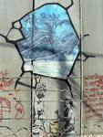 Intervenção do artista Bansky no muro israelita perto de Belém. Foto antonioperezrio/Flickr