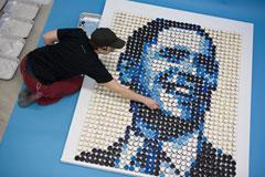 Activista compõe cartaz com a imagem de Obama. Foto de shastio, FlickR