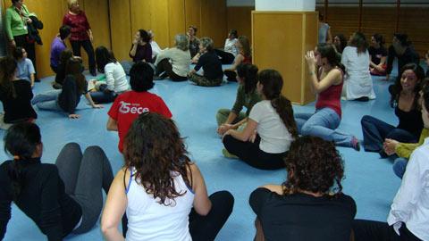 Nestes encontros, mulheres de todas as idades e extractos sociais procuram formas de expressão no combate à violência.