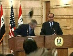 Um jornalista iraquiano atirou-lhe com os sapatos