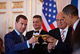 Obama e Medvedev brindam ao acordo, apesar das capacidades<br /> atómicas instaladas continuarem a ser suficientes para arrasar várias<br /> vezes o planeta Terra. Foto Casa Branca/Flickr
