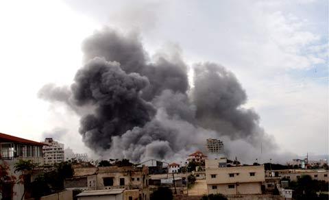 Bombardeamento israelita em Gaza, a 28 de Dezembro de 2009, que matou 140 palestinianos. Foto EPA.