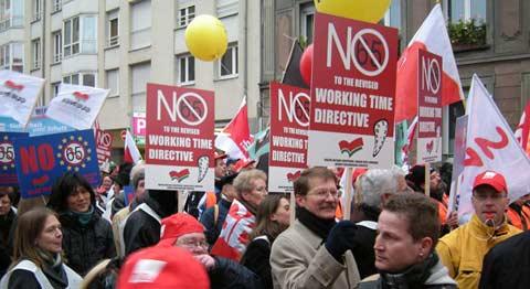 Foto da manifestação na véspera da derrota do aumento do tempo de trabalho na UE