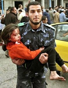 Criança palestiniana ferida depois de bombardeamento israelita em Gaza
