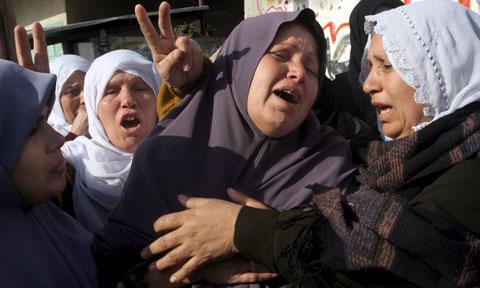 Familiares choram a morte de um militante do Hamas, vítima de ataque aéreo israelita na passada terça-feira. Foto LUSA/EPA