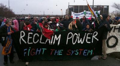 Manifestantes tentam chegar à cimeira, apesar do bloqueio policial. Foto Klimakampen/Flickr