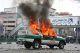 Carro da polícia em chamas nos protestos de 27 de Dezembro