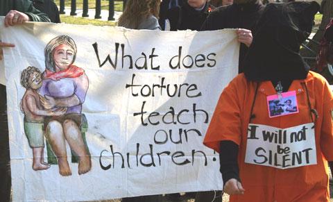 Manifestação contra a tortura em Washington. Foto de takomabibelot, FlickR