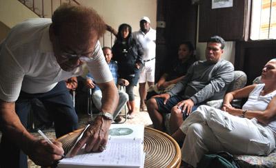 Cubanos assinam livro de condolências pela morte de Orlando Zapata Tamayo. Foto EPA/ALEJANDRO ERNESTO