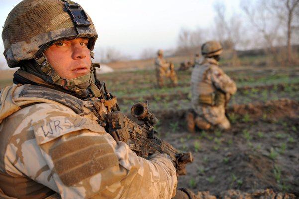 Soldado britânico no Afeganistão, durante a Operação Mushtarak da Nato. Foto Lusa/ EPA.