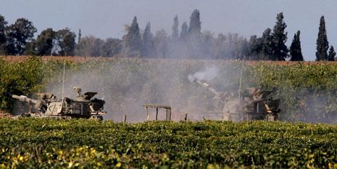 Tanques israelitas disparam sobre Gaza. Foto LUSA/EPA