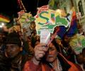 Apoiantes do Sim festejam vitória no referendo em La Paz - Foto da Lusa