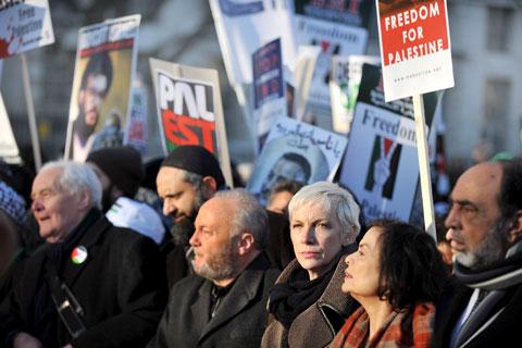 Manifestação em Londres, onde se vêem a cantora Annie Lennox e Bianca Jagger - Foto da Lusa/EPA
