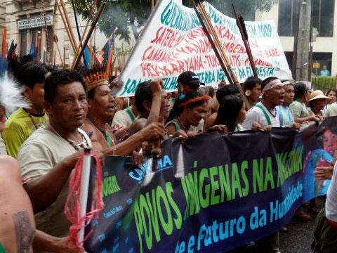 Coluna de índios na marcha. Foto de Emmanuelle Reungoat