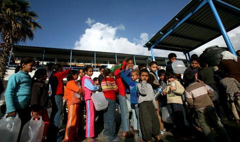 Crianças palestinianas numa escola-abrigo da ONU. Foto EPA/MOHAMMED SABER