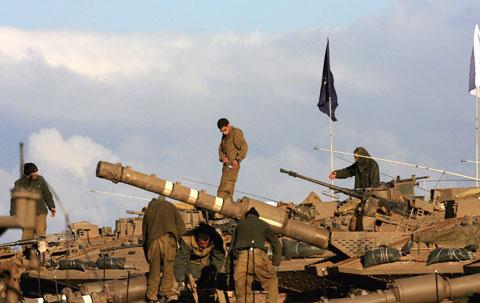 Tanques israelitas junto à fronteira de Gaza. Foto EPA/PAVEL WOLBWERG