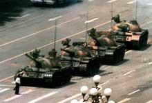 Tanques do exército ocupando a praça de <a name='incorrect' class='incorrect'>Tiananmen</a>  1989