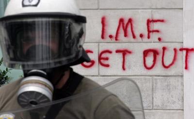 Polícia de choque em frente ao parlamento, local de confronto entre polícia e manifestantes. Foto EPA