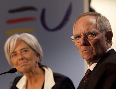 Ministro das Finanças da Alemanha, Wolfgang Schaeuble, e a ministra da França, Christine Lagarde, em Bruxelas nesta Sexta feira, 21 de Maio de 2010 - Foto epa/Olivier Hoslet/Lusa