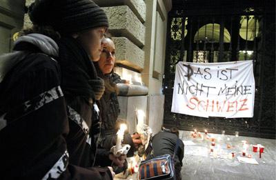 """Centenas de pessoas manifestaram-se após conhecido o resultado """"Esta não é a minha Suíça"""". lê-se no pano. Foto EPA"""