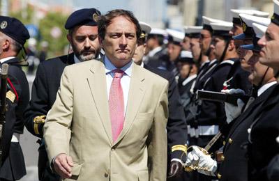 O então Ministro da Estado e da Defesa Paulo Portas passa revista aos marinheiros em parada nas comemorações do Dia da Marinha de 2003. FOTO PAULO NOVAIS/LUSA