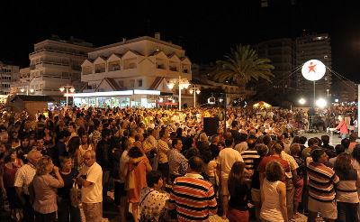 Mais de 500 pessoas em Monte Gordo. Foto de Paulete Matos