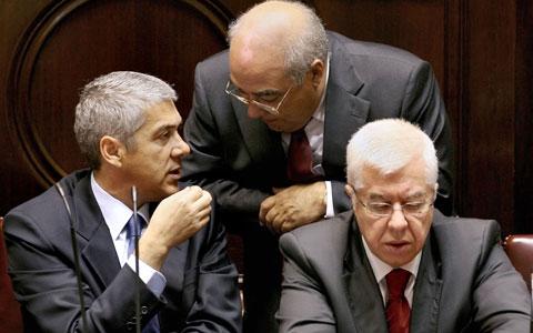 Sócrates troca impressões com Mário Lino e com Teixeira dos Santos, durante o debate  parlamentar sobre o Orçamento de Estado 2009. Foto de MARIO CRUZ/LUSA