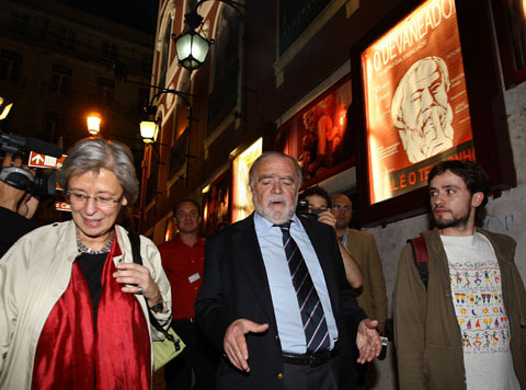O deputado do Partido Socialista Manuel Alegre ladeado pelos restantes dois oradores (Isabel Allegro e José Soeiro) no encontro de Esquerda