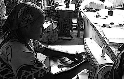 Criança trabalha em costura. Foto de robincd123, alterada com filtro