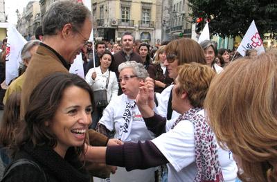 Ana Drago cumprimenta professores na manifestação de Novembro de 2008. Foto de Paulete Matos