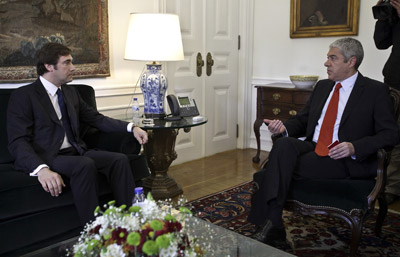 O primeiro ministro, José Sócrates, acompanhado pelo presidente do PSD, Pedro Passos Coelho, em São Bento. Foto de MIGUEL A. LOPES / LUSA