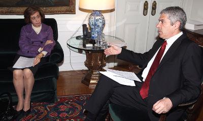 O primeiro-Ministro, José Sócrates,  reuniu-se com a líder do PSD, Manuela Ferreira Leite, para discutir o Programa de Estabilidade e Crescimento, a 8 de março de 2010. Foto de TIAGO PETINGA/LUSA