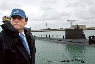 Um cônsul honorário de Portugal na Alemanha terá recebido um suborno de 1,6 milhões de euros da Man Ferrostaal para ajudar a concretizar a compra de dois submarinos pelo Estado português. Paulo Portas era então ministro da Defesa.