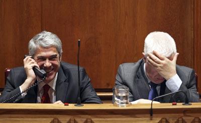 Sócrates e Teixeira dos Santos no debate do OE 2010 na AR - Foto da Lusa
