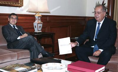 O Ministro dos Assuntos Parlamentares, Jorge Lacão, entrega ao Presidente da Assembleia da República, Jaime Gama, o Programa do XVIII Governo Constitucional. Foto ANTÓNIO COTRIM/LUSA