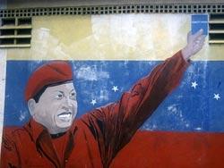 Mural mostrando Chávez empunhando a Constituição. Foto de Francisco Furtado