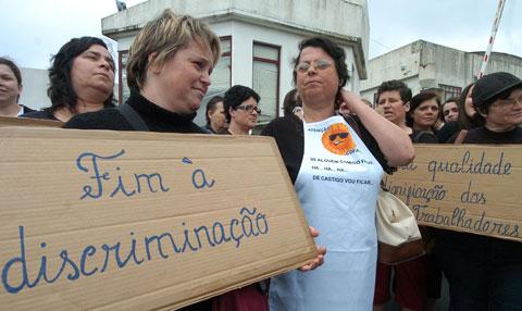 Manifestação de trabalhadoras da COFACO, na Ilha de São Miguel, em Fevereiro deste ano. Foto de arquivo da Lusa