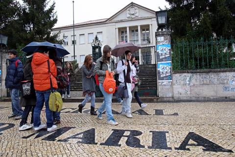 Estudantes à saída da Escola Sec. Infanta D. Maria, em Coimbra - Foto: Lusa