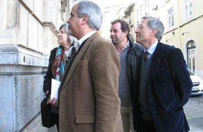 Fernando Nobre, Pedro Krupenski, José Manuel Pureza e Helena Roseta na entrada para a embaixada de Espanha - Foto de Paulete Matos