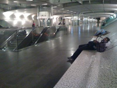 Alguns sem-abrigo, em Lisboa, passam a noite no interior da Gare do Oriente. Foto Luís M. Sequeira, Flickr
