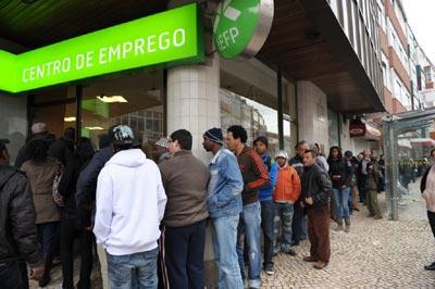 Fila de pessoas no Centro de Emprego da Amadora (21 de Janeiro de 2009) - Foto de Paulete Matos