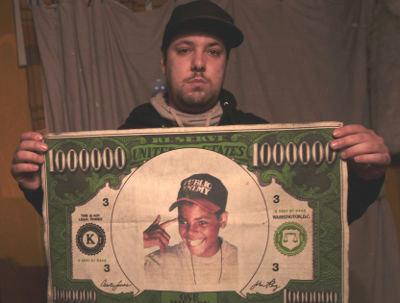 O rapper Sam the Kid exibe um pano com a fotografia de Nuno Rodrigues (MC Snake), o jovem que, na madrugada de 15 de Março, foi morto a tiro por um agente da PSP, em Lisboa. Foto Manuel de Almeida/ Lusa.