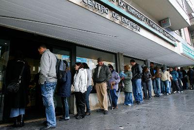 Filas de pessoas à porta do Centro de Emprego de Sintra - Foto de JOSÉ SENA GOULÃO/LUSA